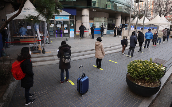 Visitors line outside a Covid-19 testing center in Dongjak District, southern Seoul, Monday as daily coronavirus cases exceeded 600 for two days in a row. [YONHAP]