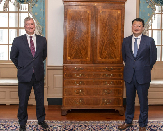 Korean First Vice Foreign Minister Choi Jong-kun, right, poses for a photo with U.S. Deputy Secretary of State Stephen Biegun in Washington on Sept. 10. [FOREIGN MINISTRY]