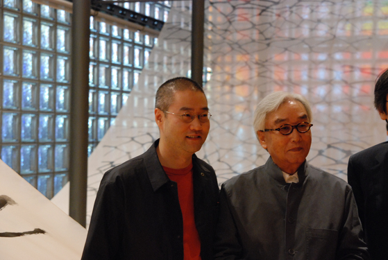 Suh Se Ok with his son and artist Do Ho Suh, left, at his solo show at Maison Hermes in Tokyo in 2007. [JOONGANG ILBO]