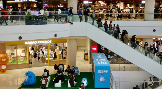 A shopping mall in Yeongdeungpo District, western Seoul, is crowded with visitors Sunday despite warnings from health authorities to cancel all nonessential outings. [YONHAP]