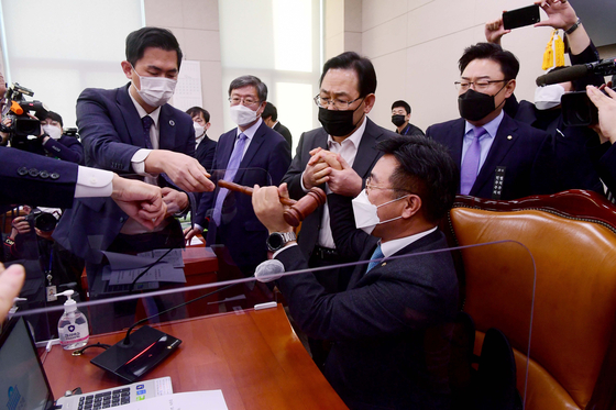 Lawmakers of the People Power Party, including its floor leader Joo Ho-young, try to stop Rep. Yun Ho-jung, chairman of the Legislation and Judiciary Committee, from banging the gravel to declare the passage of a controversial revision of the law governing the Corruption Investigation Office for high-ranking public servants. [YONHAP]