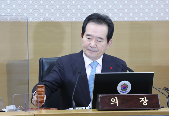 Chung Sye-kyun, Prime Minister, announces of frontloading 72 percent of next year's budget in the first half to fight the worsening Covid-19 situation at the government complex in Seoul on Tuesday. [YONHAP]