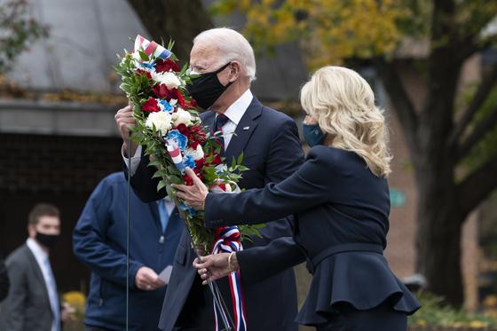 President-elect Joe Biden and Jill Biden place a wreath at the Philadelphia Korean War Memorial on Veterans Day, Wednesday, Nov. 11, 2020, in Philadelphia. [AP/YONHAP]