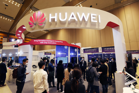 A booth set up by Chinese telecom giant Huawei at the AI Expo Korea 2020 held last month in southern Seoul. [YONHAP]