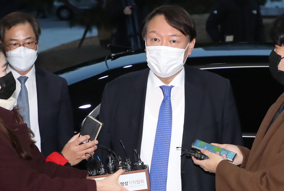 Prosecutor General Yoon Seok-youl enters the Supreme Prosecutors' Offi ce on Tuesday after the Seoul Administrative Court issued an injunction to temporarily lift his suspension. [YONHAP]