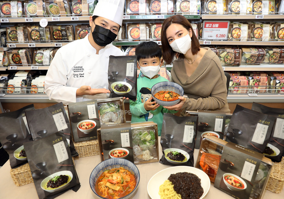 Models promote Shinsegae Chosun Hotel's self-developed Uni Jajangmyeon (black bean noodles) and Chosun Hotel Samseon Jjambbong (a spicy red noodle soup with seafood) as meal kits that are now available in all Emart branches across the country. [SHINSEGAE CHOSUN HOTEL]