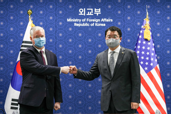 Korean Vice Foreign Minister Choi Jong-kun, left, and U.S. Deputy Secretary of State Stephen Biegun exchange a fist bump ahead of talks at the Foreign Ministry in central Seoul Wednesday. [JOINT PRESS CORPS]
