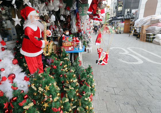 A street in Namdaemun Market in Jung District, central Seoul, remains empty on Wednesday. According to business owners running a store selling Christmas decorations, sales so far this year are only about one-tenth of sales of past years. [YONHAP]