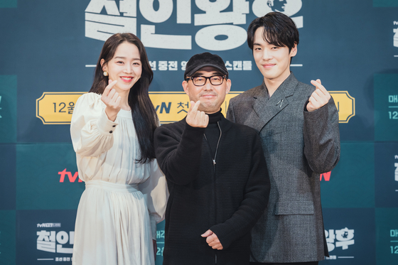 """From left, actor Shin hae-sun, director Yoon Sung-sik and actor Kim Jung-hyun pose for the camera at the online press event for the upcoming tvN drama series """"Mr. Queen,"""" set to air on the cable channel from Saturday. [TVN]"""