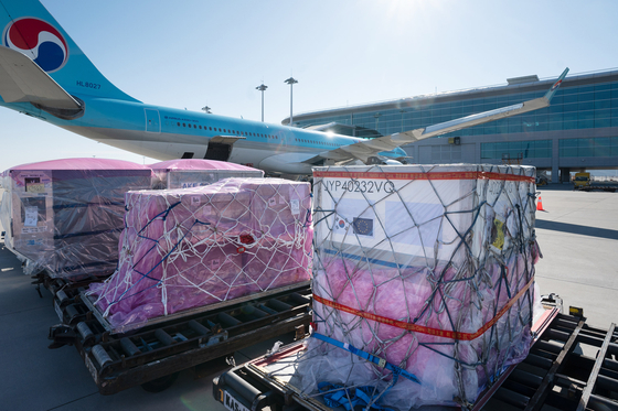 Raw materials for coronavirus vaccines are loaded on a Korean Air Lines aircraft that took off for Amsterdam from Incheon on Tuesday. [KOREAN AIR LINES]