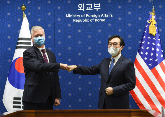 "U.S. Deputy Secretary of State Stephen Biegun, left, calls Lee Do-hoon, Seoul's special representative for Korean Peninsula peace and security affairs, ""a tremendous partner"" in talks in Seoul Wednesday. [JOINT PRESS CORPS]"
