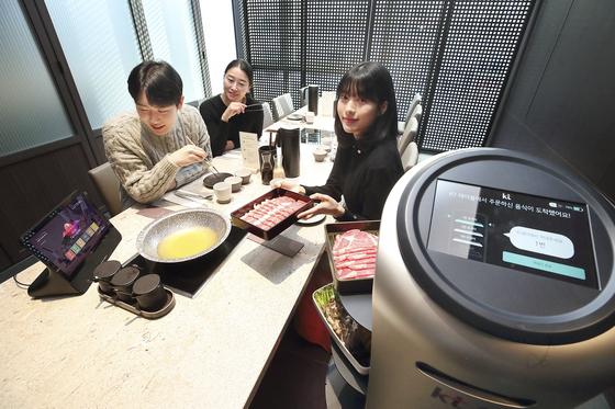 KT's serving robot waits on customers at Modern Shabu House in Gwanghwamun, central Seoul. [KT]