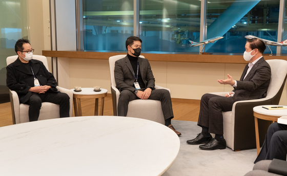 Korean Air Lines President Woo Kee-hong, right, sits down with members of the Korean Air Lines labor unions, including the head of the airline's pilot union Choi Hyun, at the company headquarters in Gangseo District, western Seoul, on Wednesday to resolve disputes over Korean Air Lines' planned acquisition of Asiana Airlines. Woo met the different labor unions at Korean Air Lines separately. [KOREAN AIR LINES]