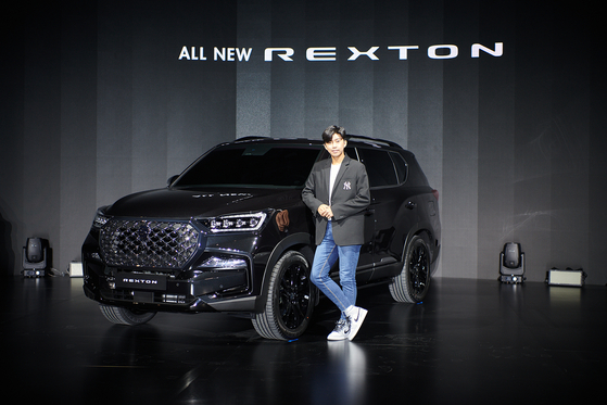 Trot singer Lim Young-woong poses with SsangYong Motor's partially revamped Rexton SUV. [SSANGYONG MOTOR]
