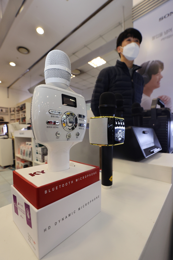 Bluetooth microphones are displayed at an electronics store in Yongsan Ipark Mall in Yongsan District, central Seoul, on Wednesday. According to Gmarket, sales of microphones between September and Dec. 6 jumped up 66 percent compared to the same period a year earlier as more Koreans are singing at home. [YONHAP]