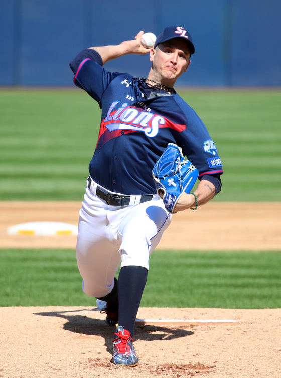 Dave Buchanan throws a pitch against the Kiwoom Heroes at Samsung Lions Park in Daegu on Sept. 20. [YONHAP]