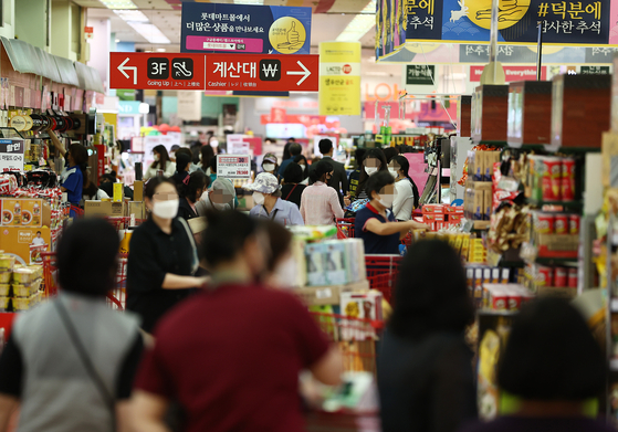 A big retailer in central Seoul is crowded with customers on Sept. 22. [YONHAP]