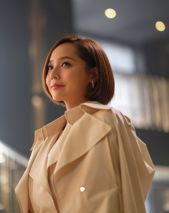 A once-esteemed soprano, Oh Yun-hee (actor Yujin), who had to give up music because she didn't have the background or money to continue, moves into the Hera Palace apartment complex, where the story takes place. [SBS]