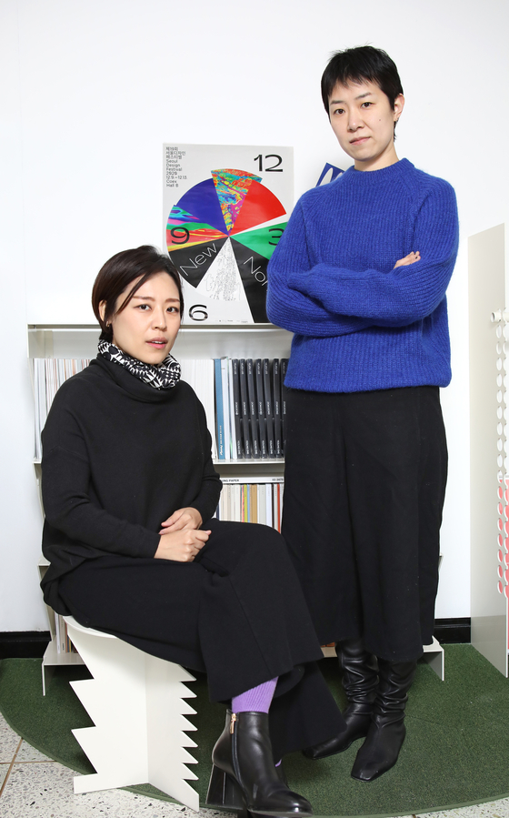 Graphic designer Lee Ye-jou of Yesung ENG, left, and print artist Choi Kyung-joo during an interview with the Korea JoongAng Daily on Dec. 2. [PARK SANG-MOON]