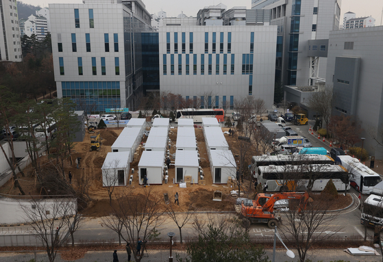 Shipping containers used for treating Covid-19 patients are set up at the Seoul Medical Center in Jungnang District, eastern Seoul, Thursday, as the city prepares more hospital beds. [YONHAP]