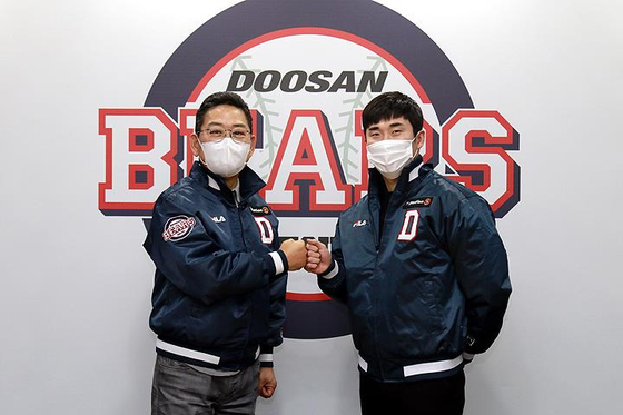 Doosan Bears' third baseman Heo Kyoung-min, right, poses for a photo after signing his free agent contract on Thursday. [YONHAP]