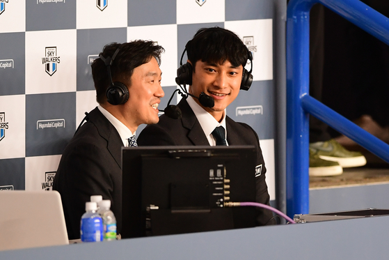 After retiring as a pro volleyball player, former star player Kim Yo-han, right, returned to the Korea Volleyball Federation as a commentator. [KOVO]