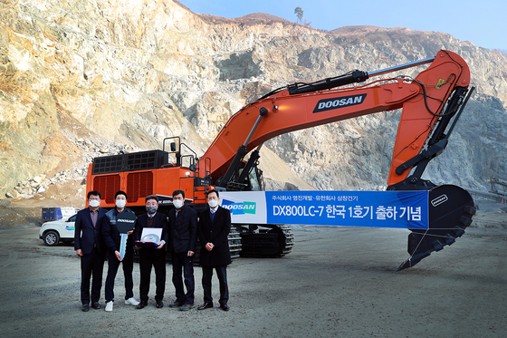 A Doosan Infracore's excavator that was delivered to a buyer in Chungju, North Gyeongsang, last month. [YONHAP]