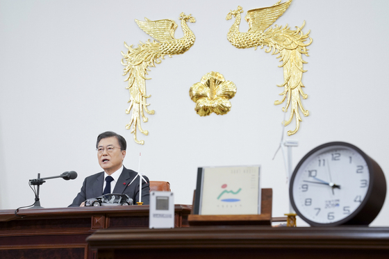 President Moon Jae-declares the vision of reaching carbon neutrality by 2050 at his office in the Blue House in a televised speech to the country on Thursday evening. [YONHAP]