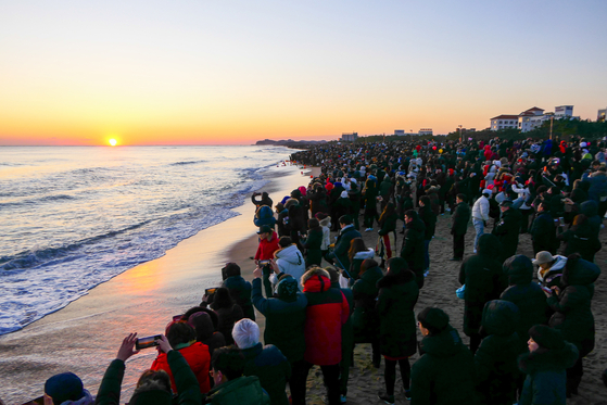 People flock to Naksan Beach, Yangyang County, in Gangwon for the annual sun-greeting event on Jan. 1. [YANGYANG COUNTY OFFICE]