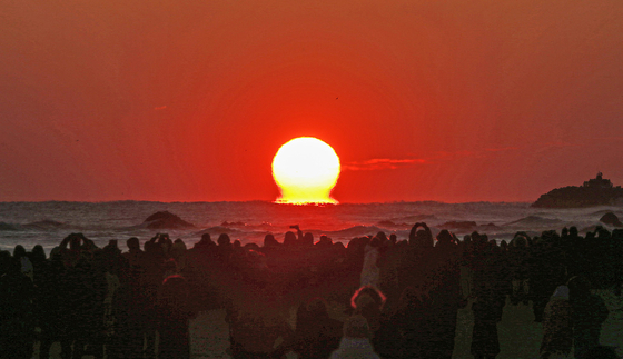 Crowds gather in Mangsang Beach in Donghae, Gangwon, to see the first sunrise of the year on this year's Jan. 1. [DONGHAE CITY GOVERNMENT]