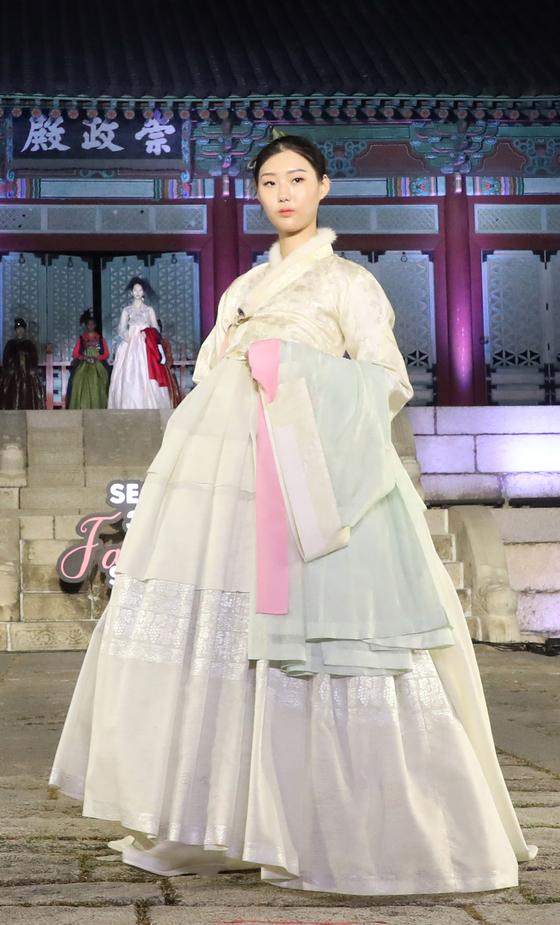A model showing off traditional Korean dress hanbok. [YONHAP]