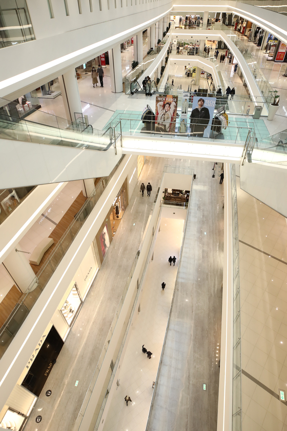 A shopping mall complex in Seoul is almost completely empty on Sunday as a result of the resurgence of Covid-19 infections over recent days. The number of confirmed virus cases surpassed 1,000 throughout Saturday, according to the Korea Disease Control and Prevention Agency on Sunday. [YONHAP]
