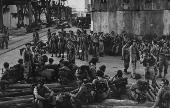 India's 60th Parachute Field Ambulance disembarks at Busan on Nov. 20, 1950. [EMBASSY OF INDIA IN KOREA]