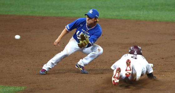 Kim Sang-su of the Samsung Lions, left, tries to tag out a runner stealing second base during a games against the Kiwoom Heroes at Gocheok Sky Dome in western Seoul on July 8. [YONHAP]
