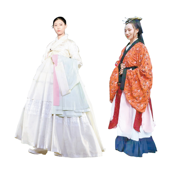 Korean traditional dress hanbok, left, and hanfu, traditional Chinese clothing in feudal dynasties ruled by the Han people, the most populous ethnic group in China. [JOONGANG ILBO]