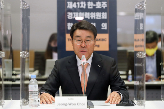 Posco CEO Choi Jeong-woo speaks at a meeting last month in Yeouido, western Seoul. [YONHAP]