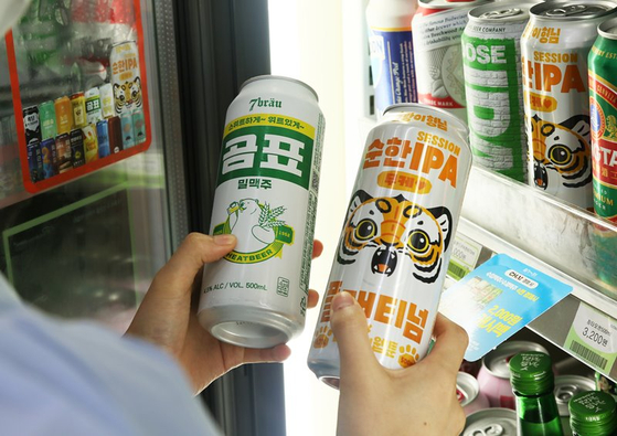Convenience store chain CU's 7Brau Gompyo Wheat Beer, left, and Muke's Soft IPA. According to BGF Retail, operator of convenience store chain CU, sales of craft beer between January and October shot up 546 percent compared to the same period a year earlier. [BGF RETAIL]