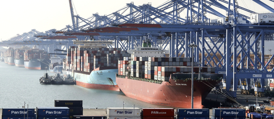 Containers are stacked at Busan Port on Dec. 1. [YONHAP]