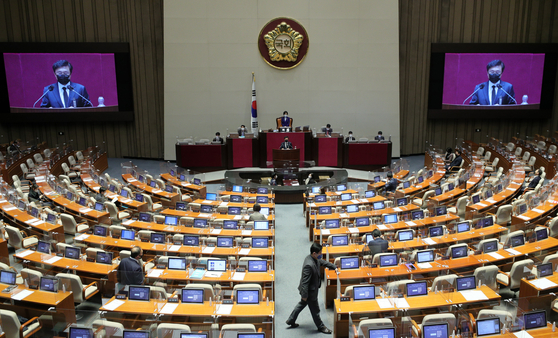 A filibuster on the revision bill to the National Intelligence Service Act is under way at the National Assembly in Seoul on Sunday, with Rep. Park Hyeung-soo of the main opposition People Power Party at the podium. The filibuster was briefly stopped Saturday morning after a lawmaker was found to have come into contact with a person who tested positive for Covid-19. [YONHAP]