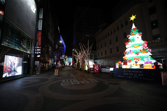 The Myeong-dong shopping district in central Seoul is empty after 9 p.m. on Tuesday, when Level 2.5 social distancing measures took effect. [YONHAP]