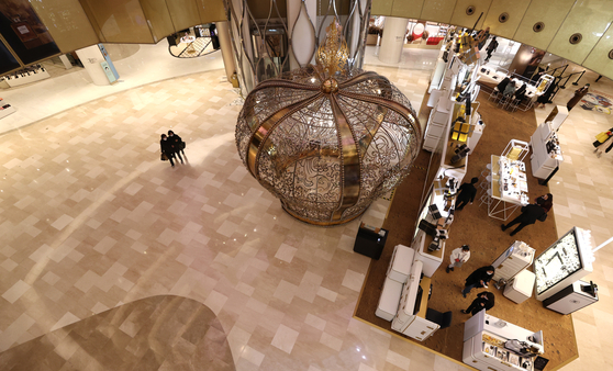 An almost empty shopping mall in Seoul on Dec. 9. Fewer people are shopping at malls following the recent resurgence of Covid-19 cases, in which the social distancing restrictions were raised to Level 2.5 in Seoul and metropolitan areas on Dec. 8. [YONHAP]