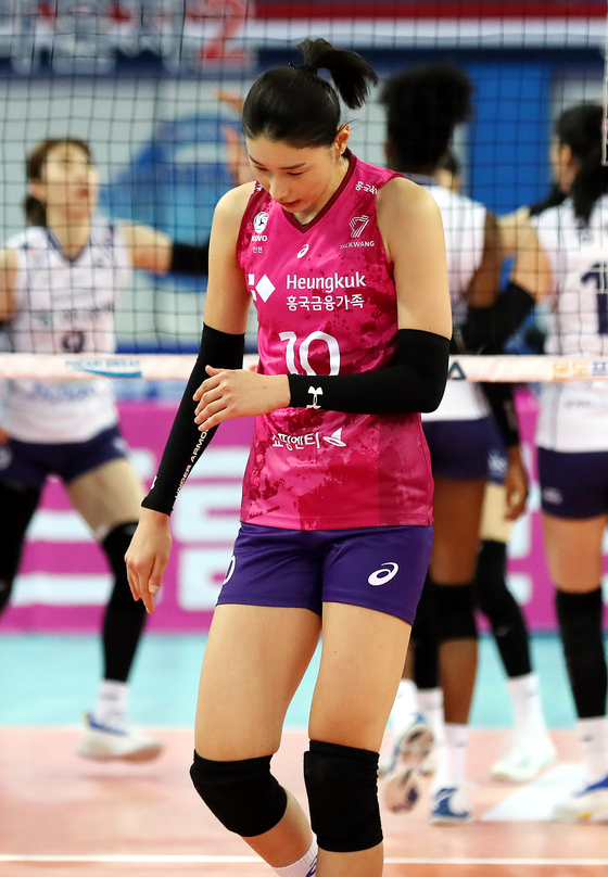 Kim Yeon-koung of the Heungkuk Life Insurane Pink Spiders reacts after losing another point during a match against Korea Expressway Corporation Hi-Pass in Incheon on Sunday. [YONHAP]