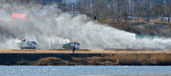 Pohang city government officials spray chemicals to prevent the spread of the bird flu at Yeonil in Pohang, North Gyeongsang, Monday. The region's Hyeongsan River is a habitat for migratory birds. To block the spread of bird flu, Pohang City deployed five disinfection vehicles and two drones to spray chemicals in the area. A total 25 bird flu cases have been identified since Oct. 1. [NEWS 1]