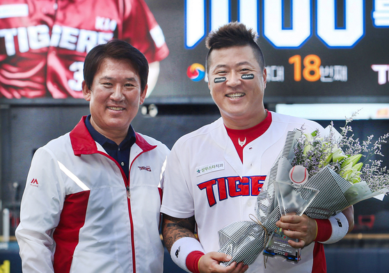 The Kia Tigers re-signed Choi Hyoung-woo, right, on Monday. [KIA TIGERS]