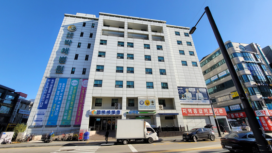 The facade of Bagae General Hospital in Pyeongtaek, Gyeonggi, on Monday. The hospital's director has offered up his whole hospital for treating coronavirus patients. [KIM MIN-WOOK]