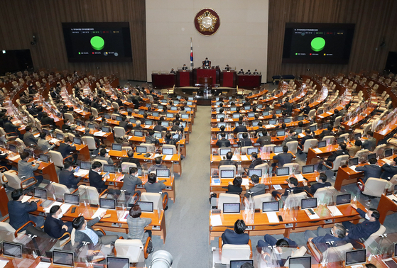 The National Assembly votes in a law governing the National Intelligence Service, South Korea's spy agency, in a unanimous vote Sunday. Opposition lawmakers boycotted the vote after the ruling Democratic Party ended their filibuster. [YONHAP]