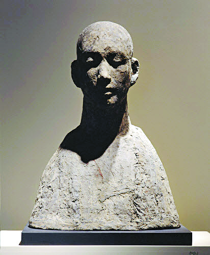 """The terracotta bust """"Face of Jiwon""""(1967), top, and the geonchil (lacquered hemp cloth) bust """"Chunyeopni Buddhist Nun""""(1960s), above, are two of Kwon's most iconic works. [MMCA, KWON JIN KYU COMMEMORATION FOUNDATION]"""