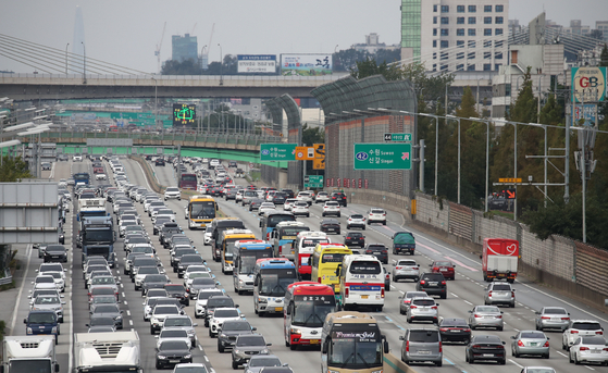 Cars are jammed on the Gyeongbu Expressway — connecting Seoul and Busan — near Yongin, Gyeonggi, on Oct. 4, the last day of this year's Chuseok holiday. [NEWS1]