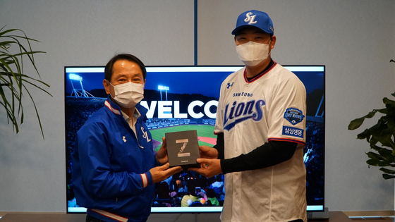 Oh Jae-il, right, poses for a photo after signing his free agent contract with the Samsung Lions on Monday. [SAMSUNG LIONS]