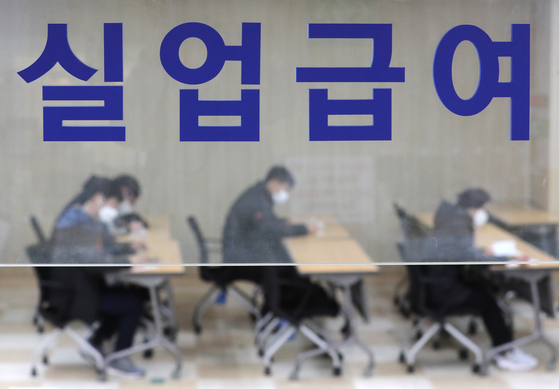 Work Plus Center in Jung District, central Seoul, is crowded with people looking for job opportunities on Nov. 11. [NEWS1]